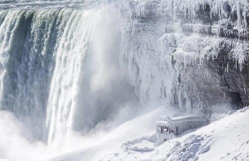 """یخزدگی بخشهایی از آبشار """"نیاگارا"""" در کانادا در اثر پدیده """"توفان قطبی"""" در آمریکای شمالی"""