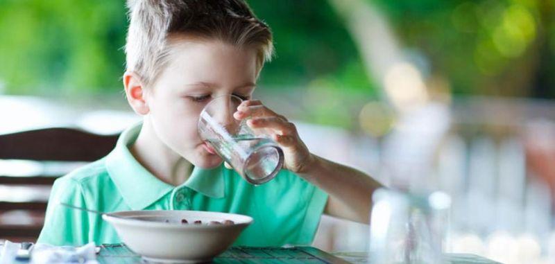 نوشیدن آب بین وعده های غذایی چرا مضر است؟