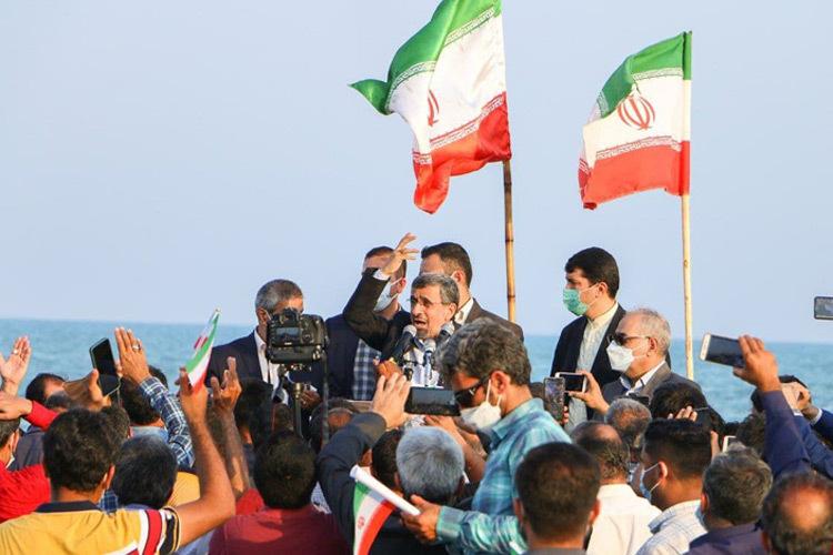 احمدینژاد به مناسبت روز خلیج فارس در ساحل بندر دیر سخنرانی کرد