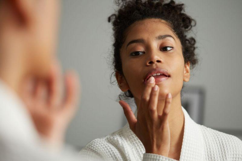 بهترین درمان خانگی و نکاتی برای از بین بردن جوش روی لب