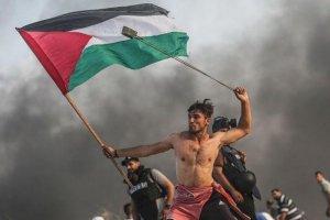پرتاب سنگ توسط یک فلسطینی به نیروهای رژیم غاصب صهیونیستی در شهر غزه