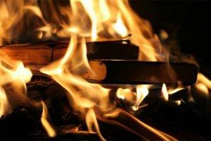 ماجرای آتش زدن کتاب مرجع پزشکی جهان توسط یک مدعی طب دینی