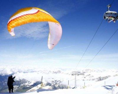 تصاویر دیدنی روز؛ از پاراگلایدرسواری در سوئیس تا معرفی آیفون 12