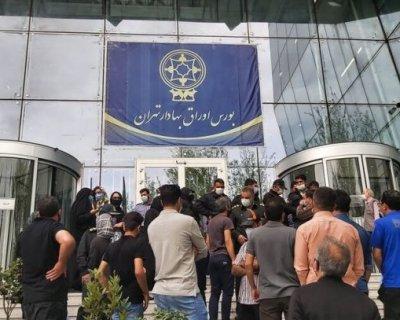 تصاویری از تجمع سهامداران مقابل سازمان بورس در ظهر یکشنبه ۲۲ فروردین ۱۴۰۰