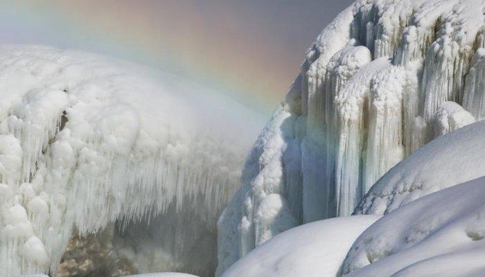 تصاویر دیدنی روز؛ از آبشار یخی تا جابجایی خانه ویلایی