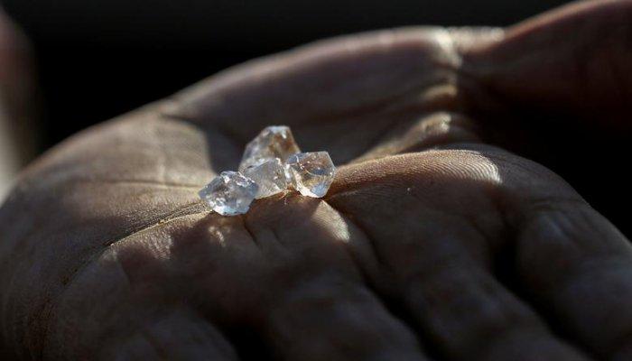 تصاویر دیدنی روز؛ از هجوم برای کشف الماس تا خودنمایی جوراب رنگی در نشست سران ناتو