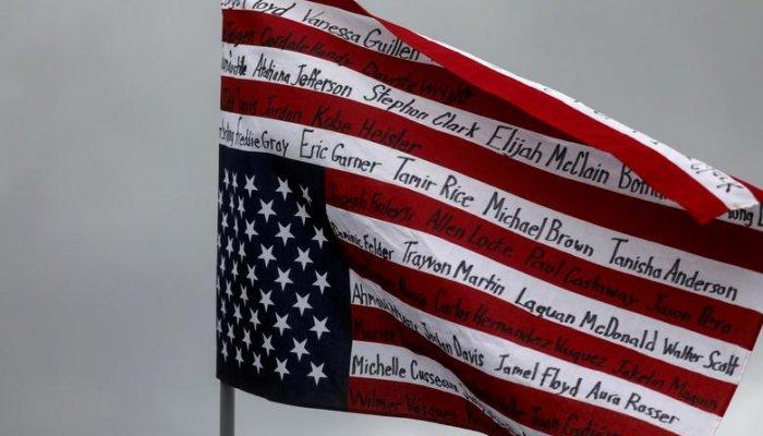 تصاویر دیدنی روز؛ از پرچم وارونه آمریکا تا آتشسوزی مهیب یک کارخانه